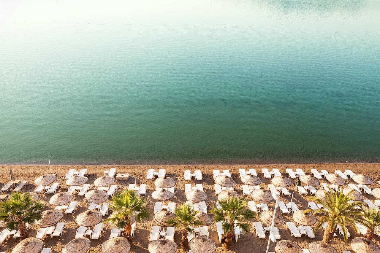 Sunprime Beachfront - På hotellets egen del af stranden er der gratis liggestole og parasoller for hotellets gæster