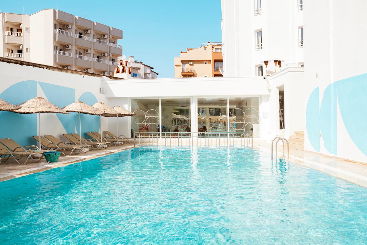 Sunprime Beachfront - Forkæl dig selv med en rolig og afslappende stund ved poolen