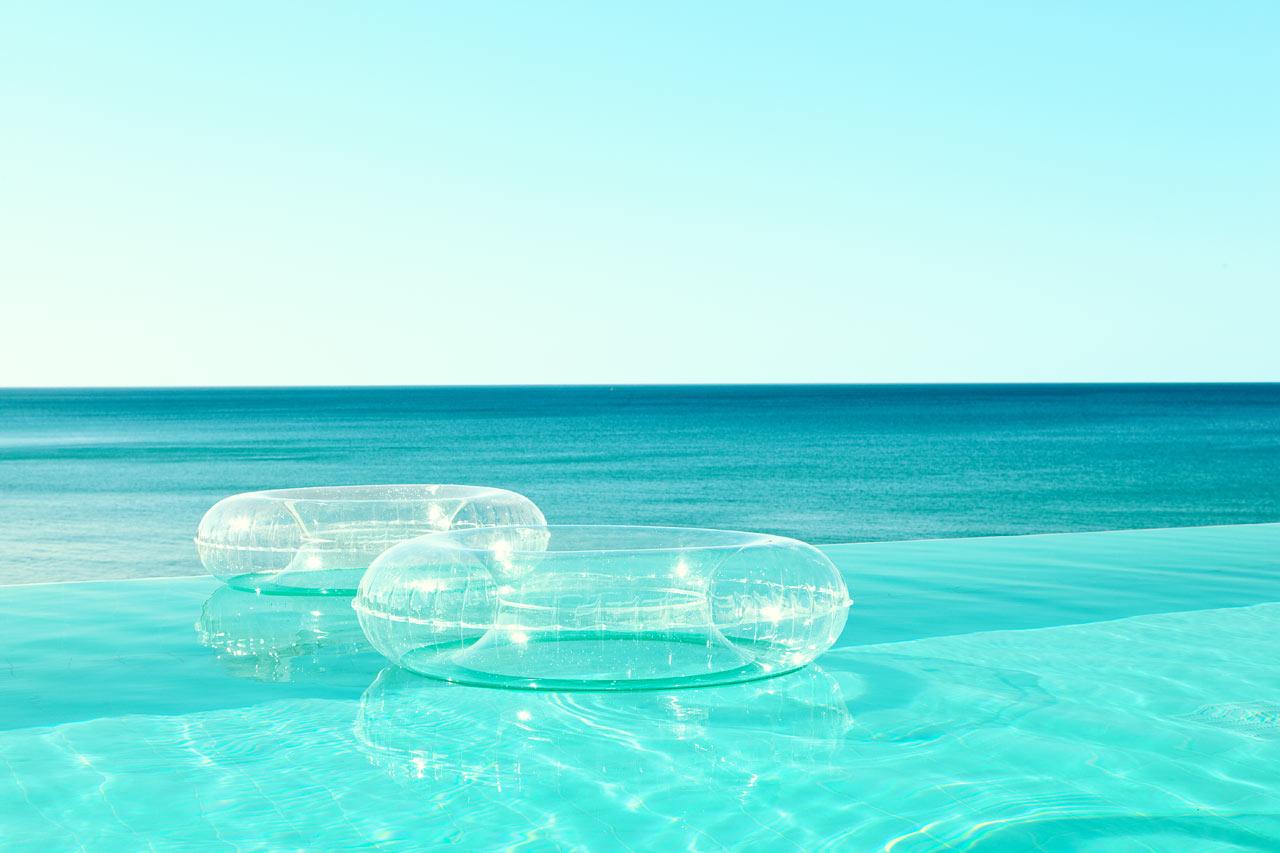 I Beach Club Pool svømmer du med udsigt til havet.