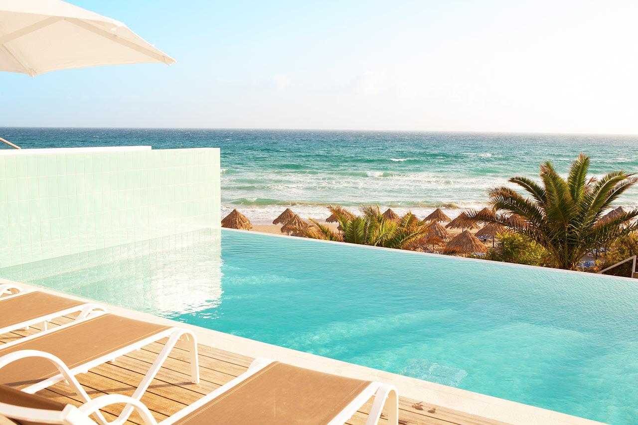 2-værelses Club House Suite med direkte adgang til privat pool som deles med 1-3 andre suiter