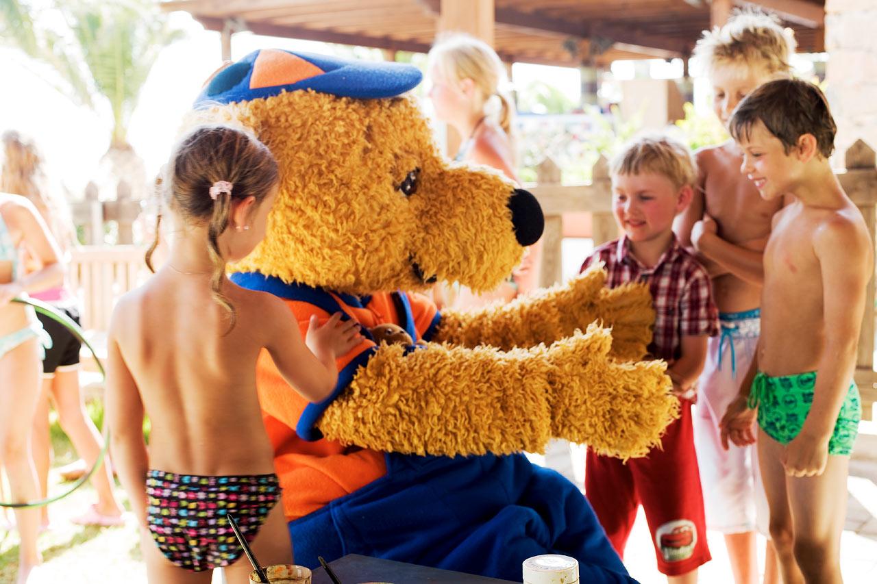 Sunwings maskotter, giraffen Lollo og bjørnen Bernie, er alles børns favorit venner under ferien.