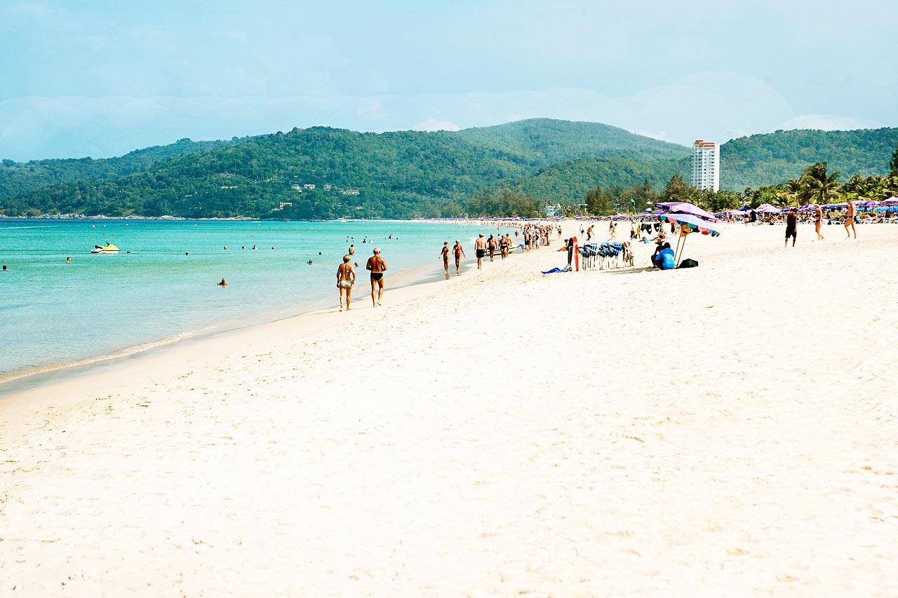 For øjeblikket er liggestole, barer og anden kommerciel virksomhed fjernet fra alle strande i Thailand. Du kan læse mere i rejsemålsbeskrivelsen.