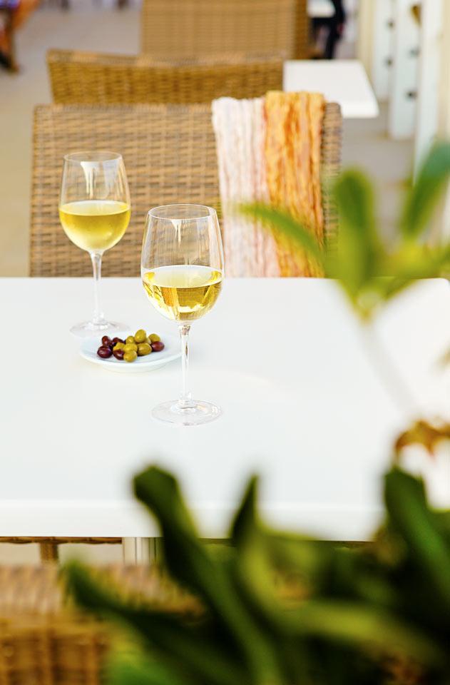 Nyd en drink før maden på Prime Kitchens terrasse.