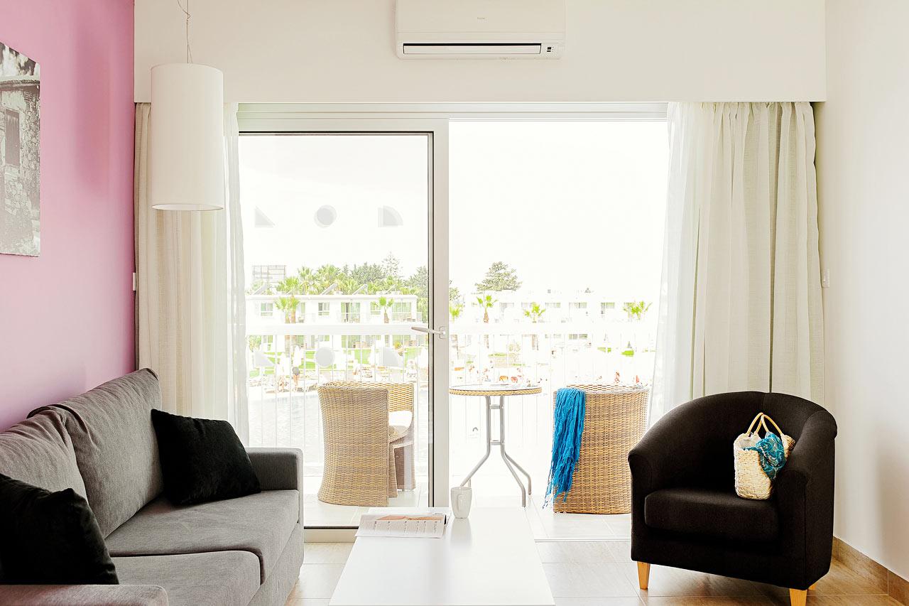 Junior Suite med balkon mod poolområdet.