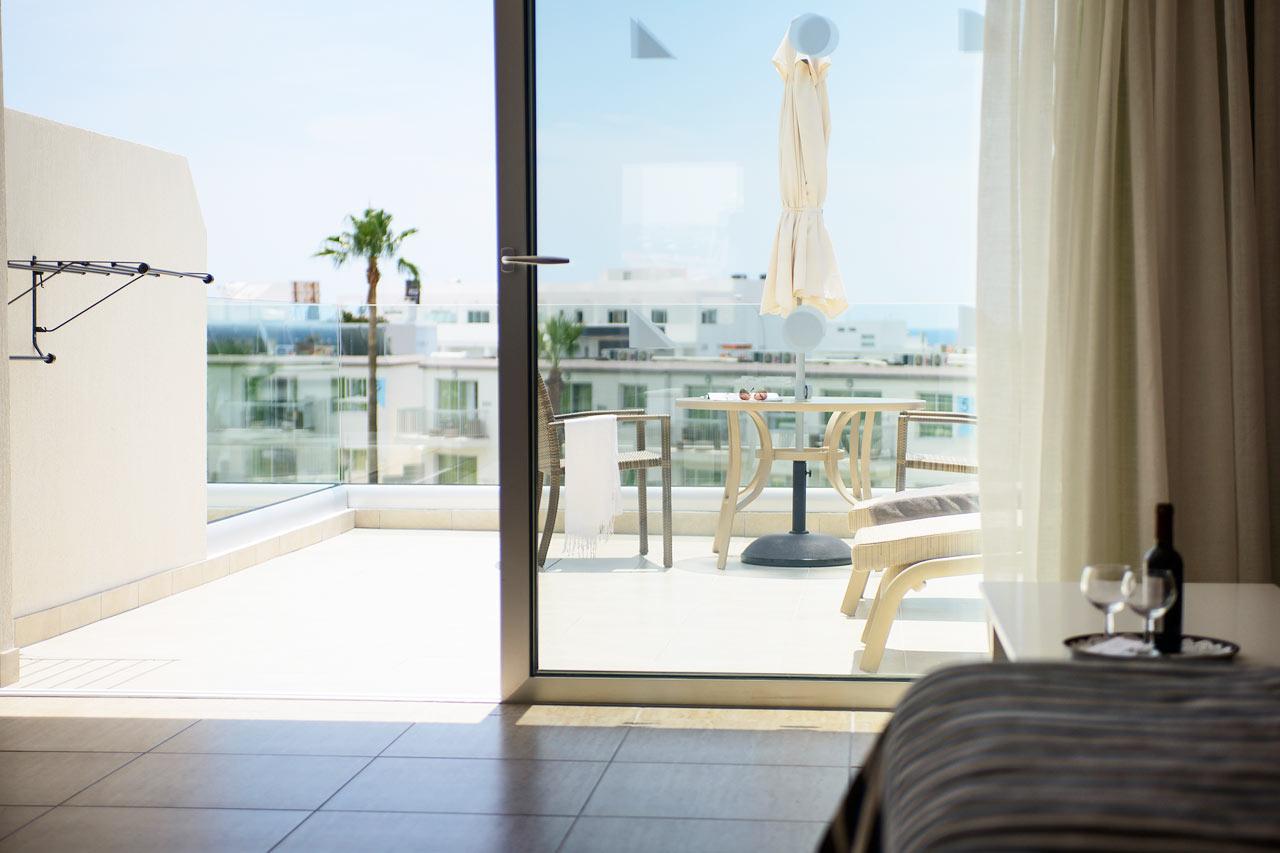 Classic Suite med stor balkon mod poolområdet.