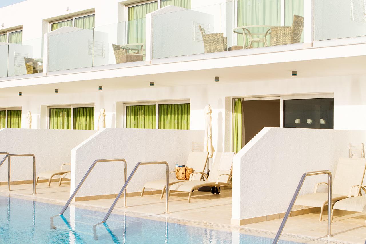 Classic Suite med terrasse, liggestole og direkte pooladgang